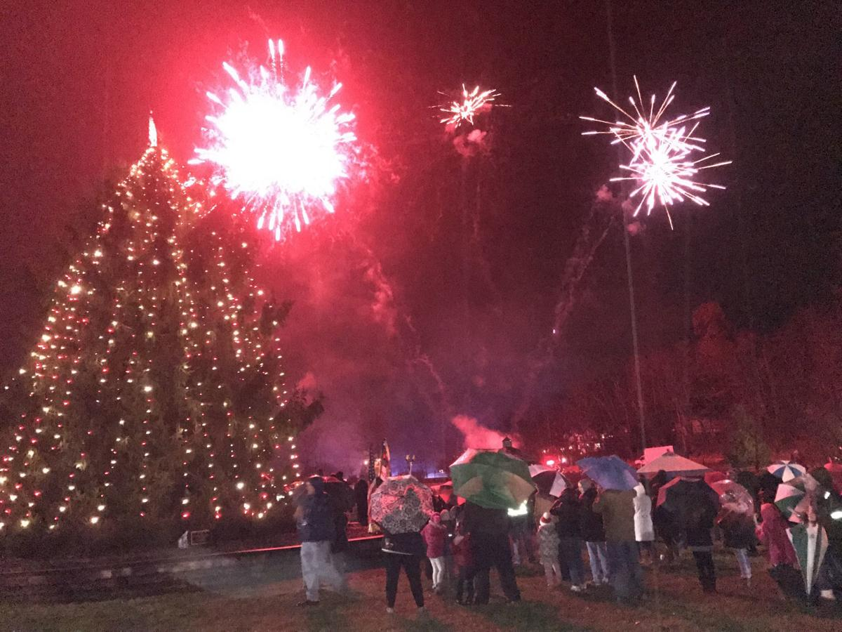 Hundreds celebrate Tree of Lights Festival, remember former police chief in Watchung