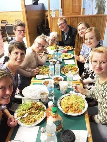 Finnish visitors enjoy ethnic Somali food