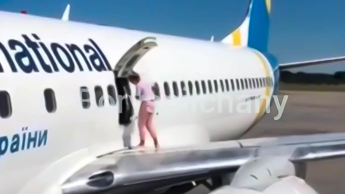 The shocking moment a passenger took a walk on an airplane wing