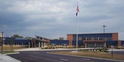 Charlestown High School, onde aluna sofreu homofobia. (Foto: Reprodução / News And Tribune)