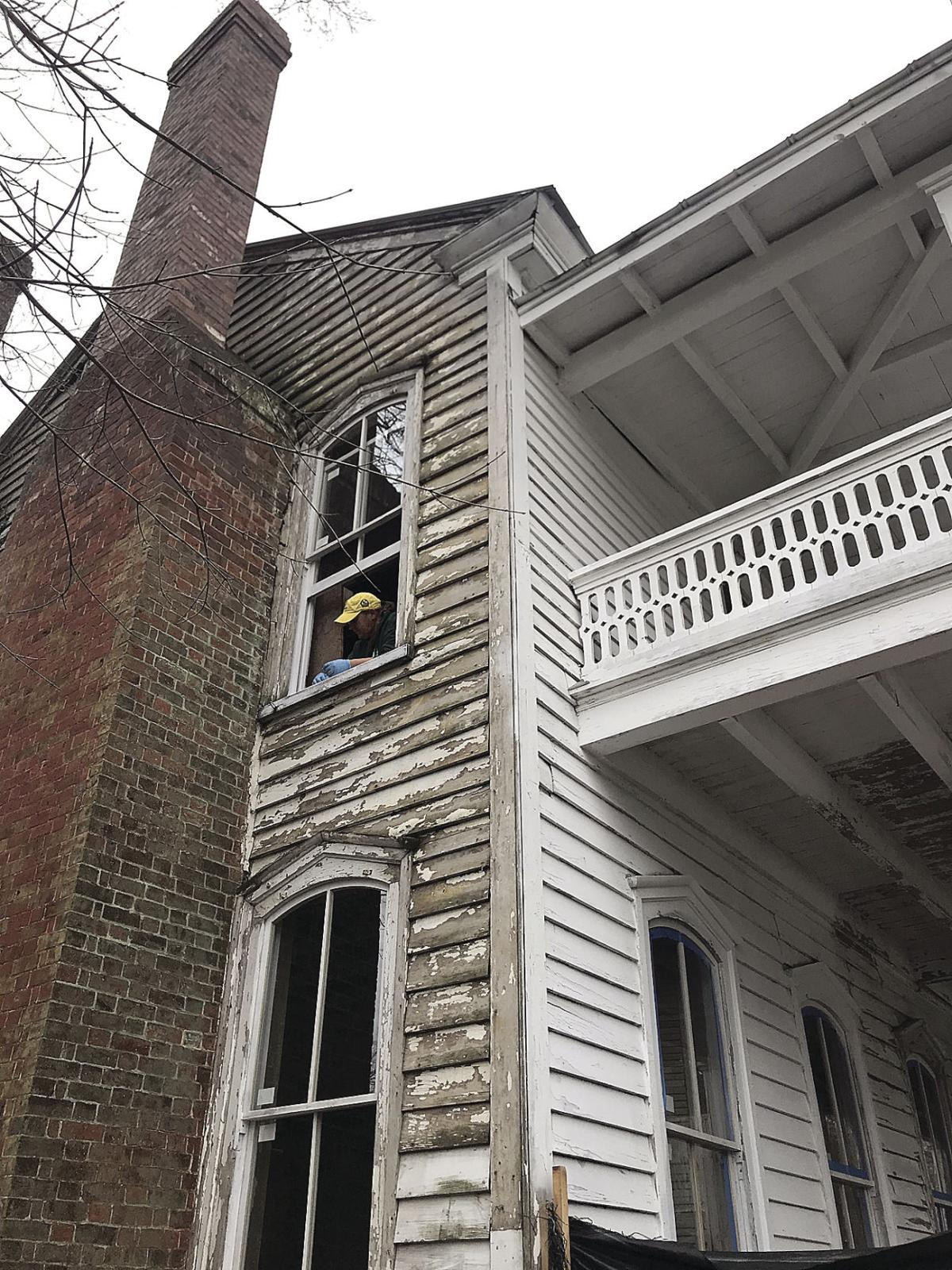 Restored windows installed at Colonial Inn