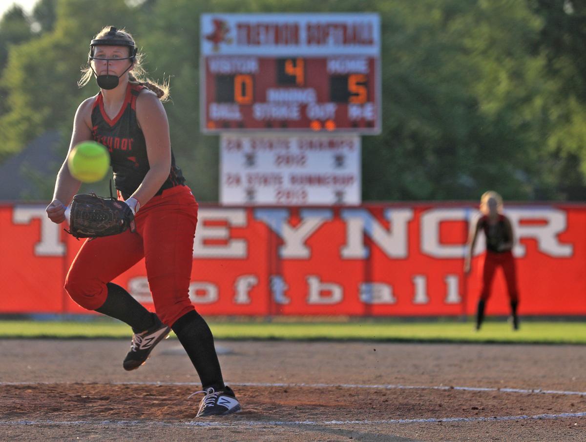 Sydni Huisman pitching