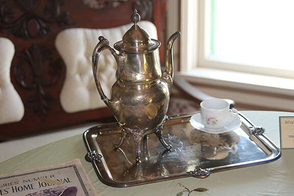 Coffee server and tray