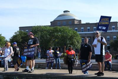 'Angry' U.S. Steel workers nationally overwhelmingly back a strike as talks resume