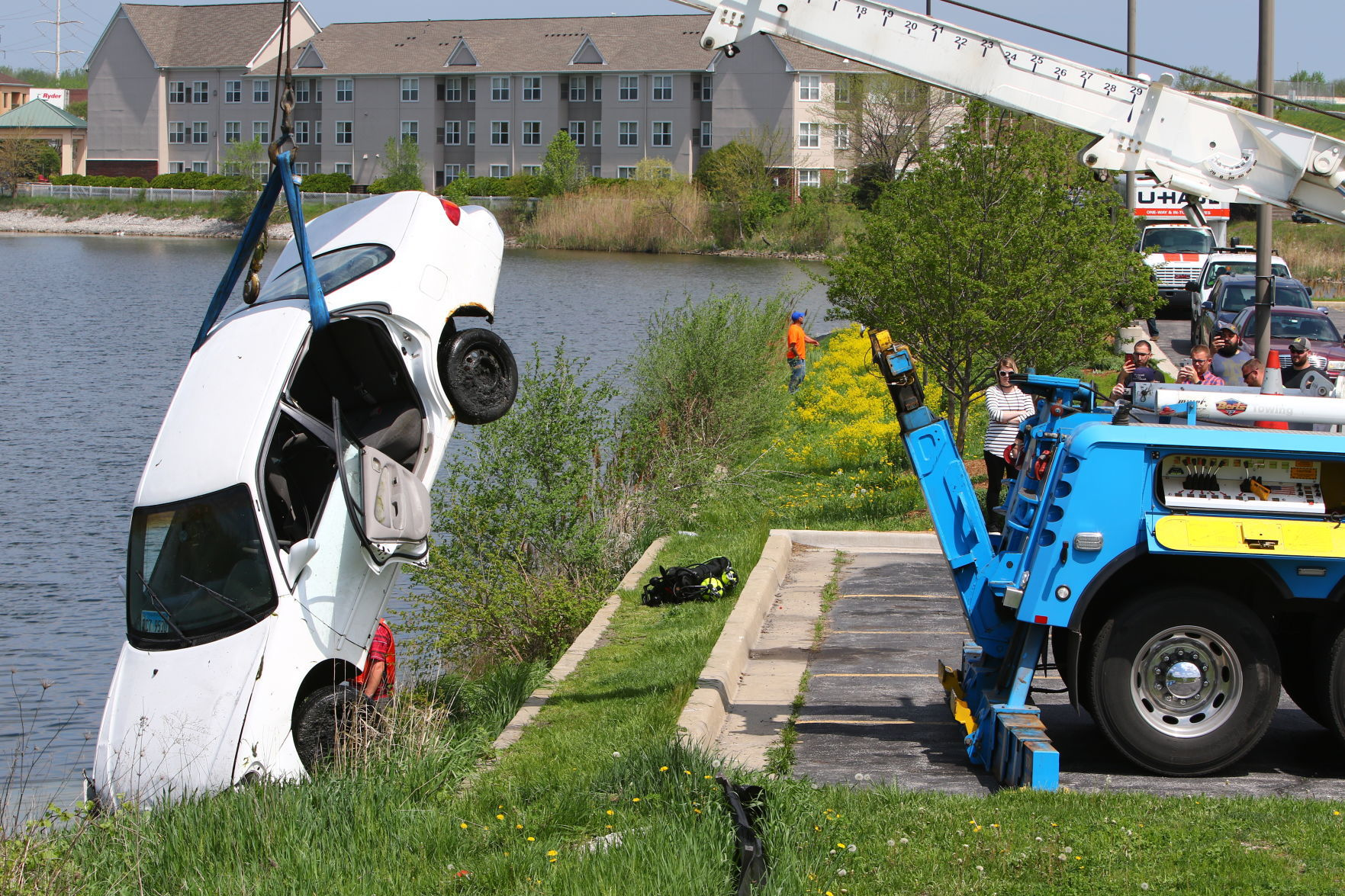 Car is removed from pond in Hammond