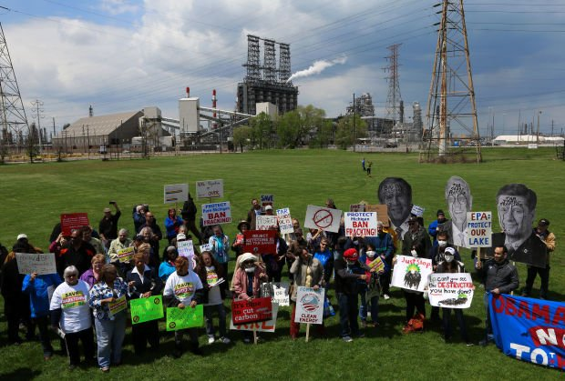 Group rallies to draw attention to environmental concerns