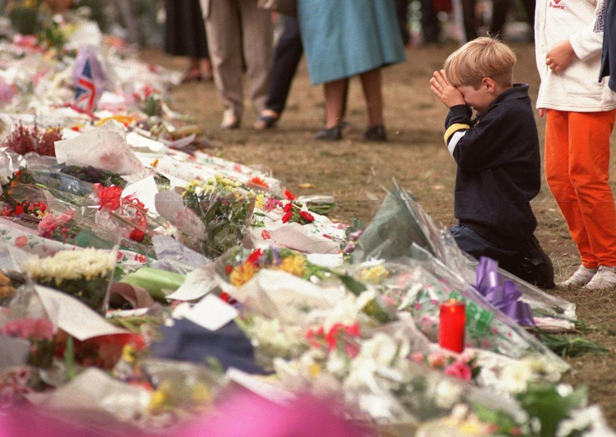 Photos looking back at the funeral and mourning of princess diana britain diana izmirmasajfo