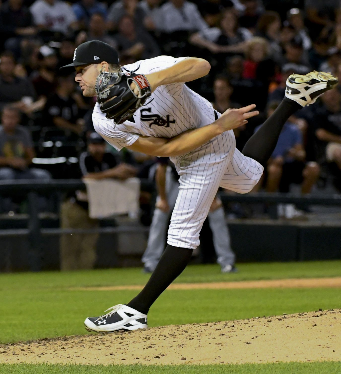 Holland pitches White Sox to victory over Twins