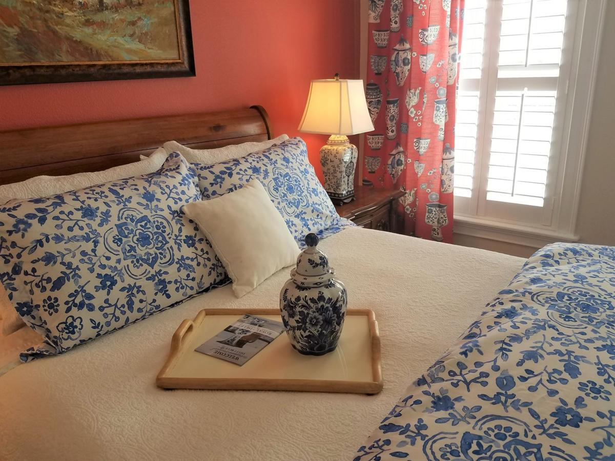 Delft-inspired guest room