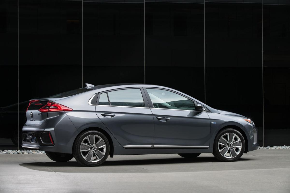 Hyundai ioniq 2017 s top fuel efficient gas electric hybrid