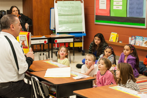 Mike Manno reads to kids