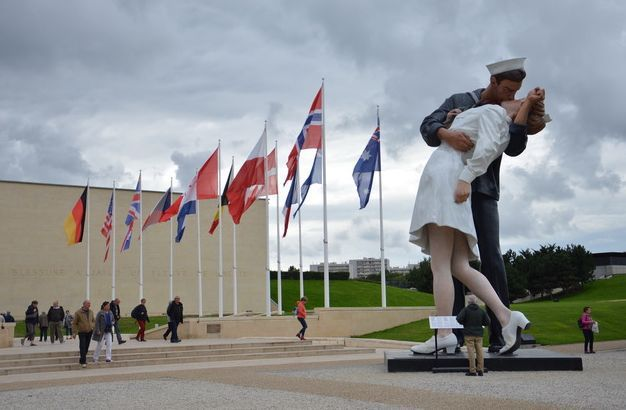 embracing peace kissing statue 1.jpg