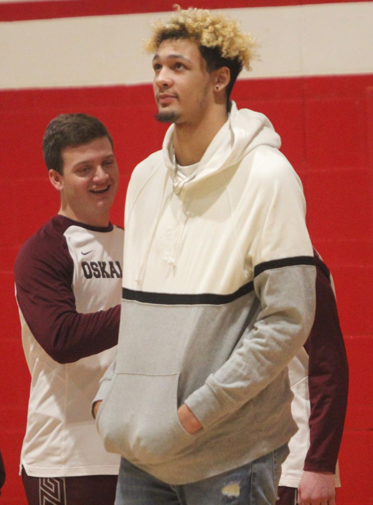 Foster watches as Osky visits Ottumwa (2-4 column photo option)