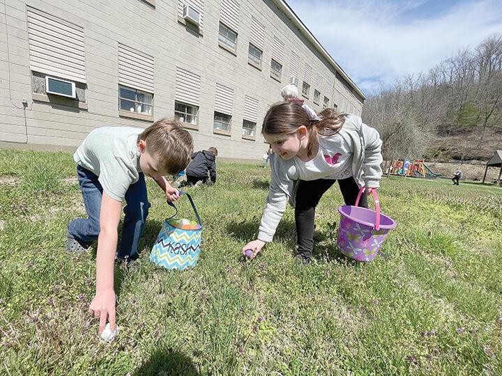 4-7 Oil Springs Egg Hunt 1.jpg