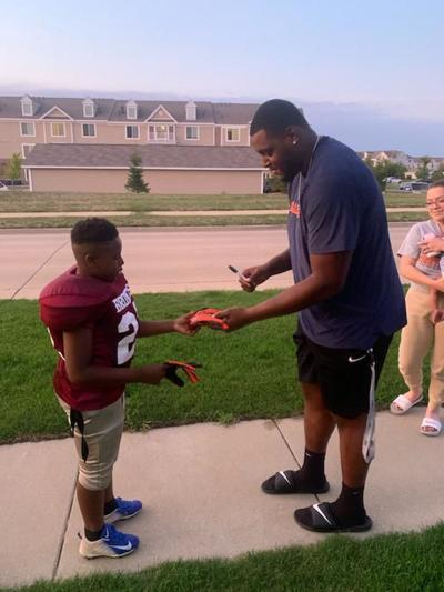 Illini's Lowe reaches out to make a young fan's day