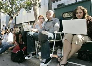 Local line begins forming for iPhone