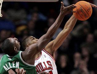 Bulls' Thomas in slam dunk contest, Jordan a judge