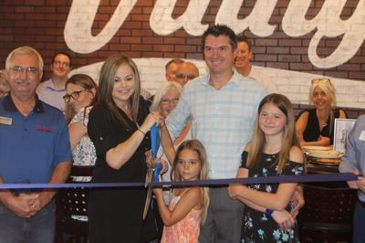 Vinny's Italian Sports Grill cuts ribbon in Peoria opening