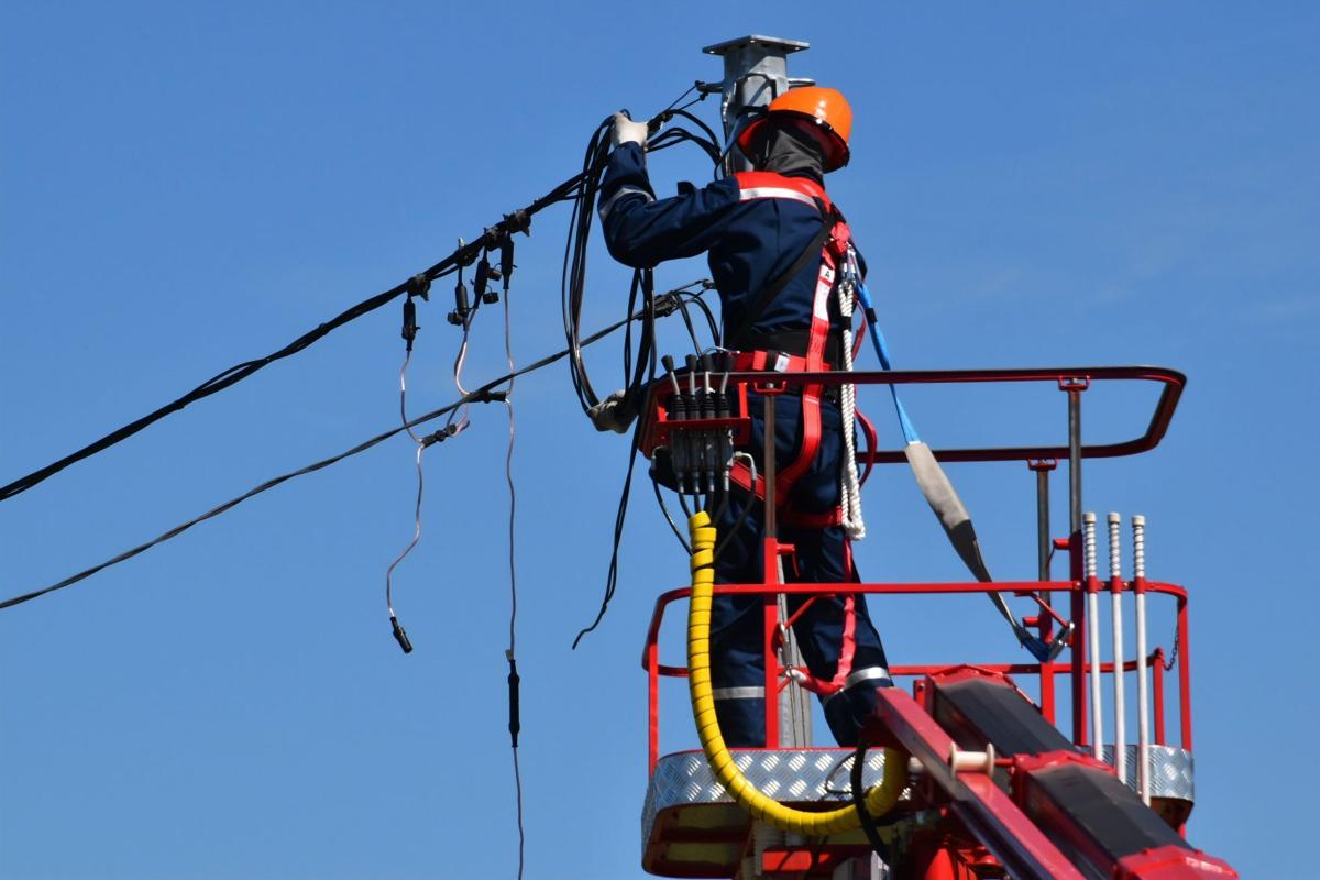 Fixing power lines after an outage