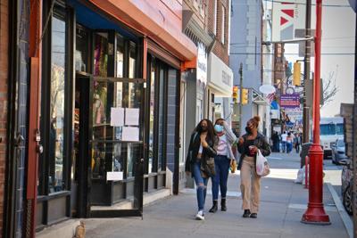 2021 03 30-e lee--philadelphia south street headhouse-easter egg hunt shoppers