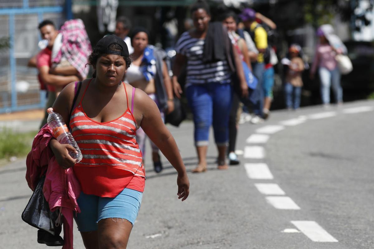 Ragged, growing caravan of migrants resumes march toward US