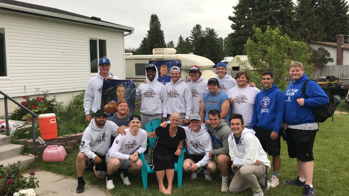 The Flower Bandits: Players surprise teammates' mom after she's diagnosed with cancer