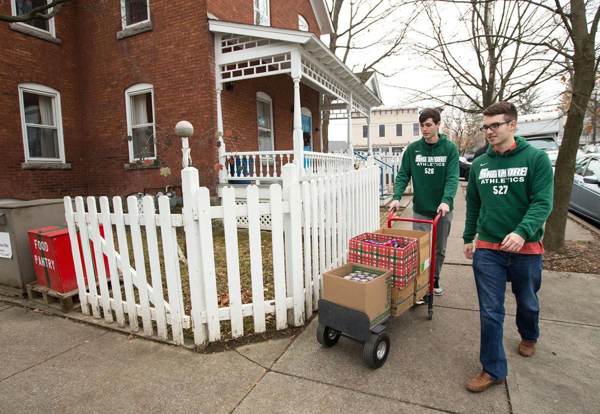 Skidmore students delivering food