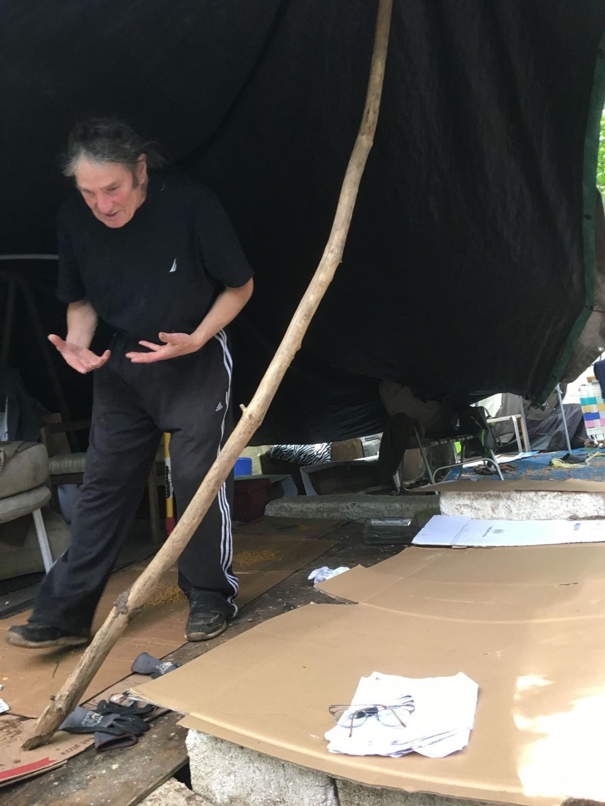 Burdo under tarp