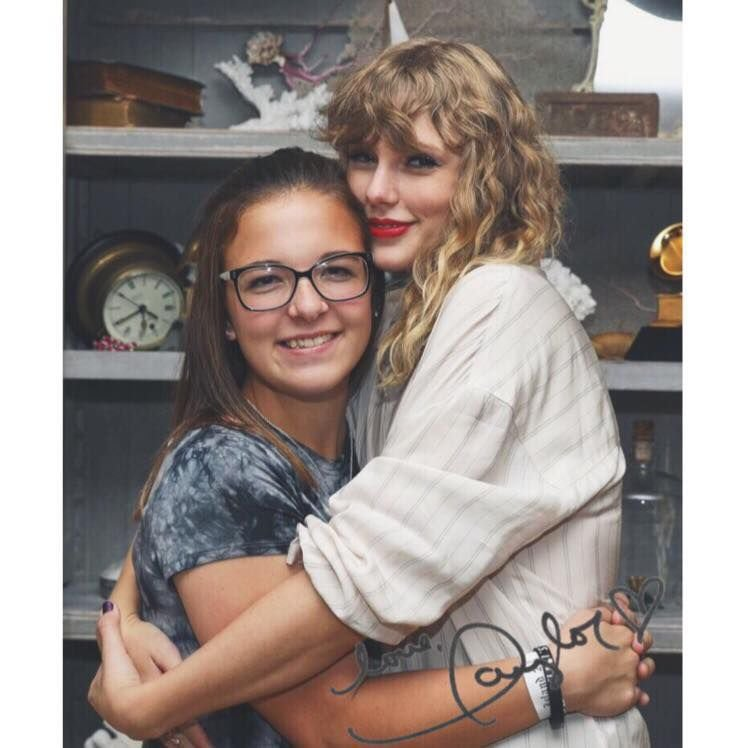 Ally arnado and taylor swift hug it out poststar m4hsunfo