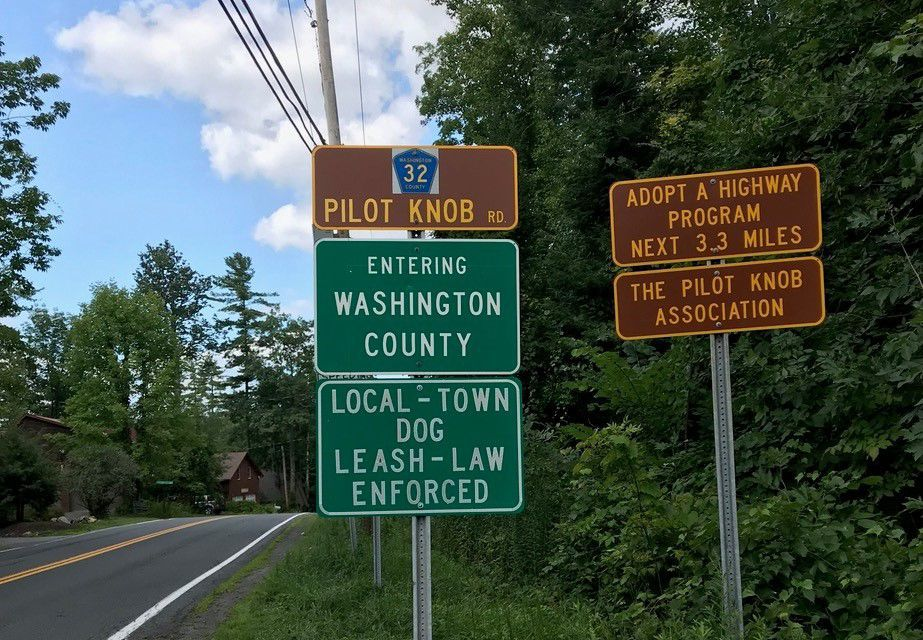 Pilot Knob leash sign