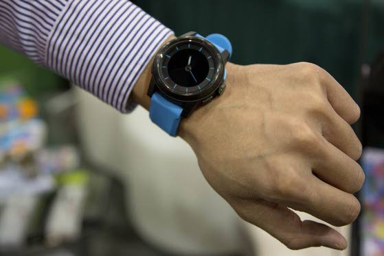 Is that your watch ringing? Jewelry can talk to iPhone