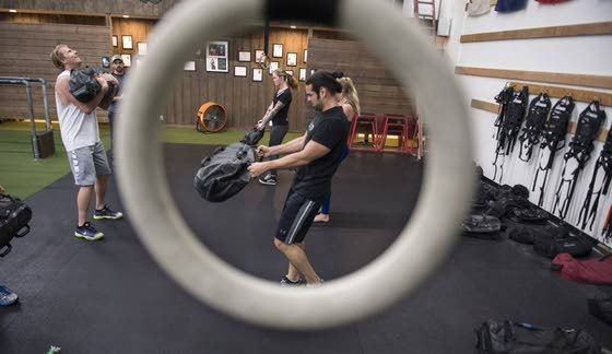 More gyms go mirrorless to reduce self-criticism, improve the workout