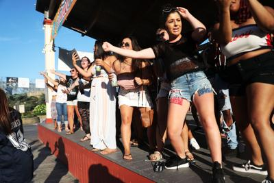 Beach concert goes on with new headliners, small crowd