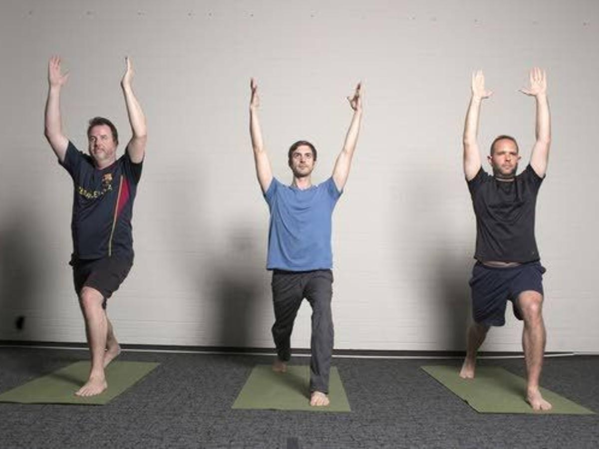 Hombre levante y desenrolle las colchonetas: Dos hombres se deshacen de sus miedos, prueben el yoga  Noticias locales    pressofatlanticcity.com