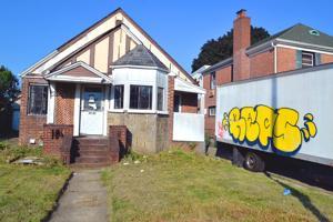 Neighbor not loving 'eyesore' house 1