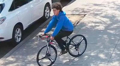 Thief stealing cell phones in Flushing 1