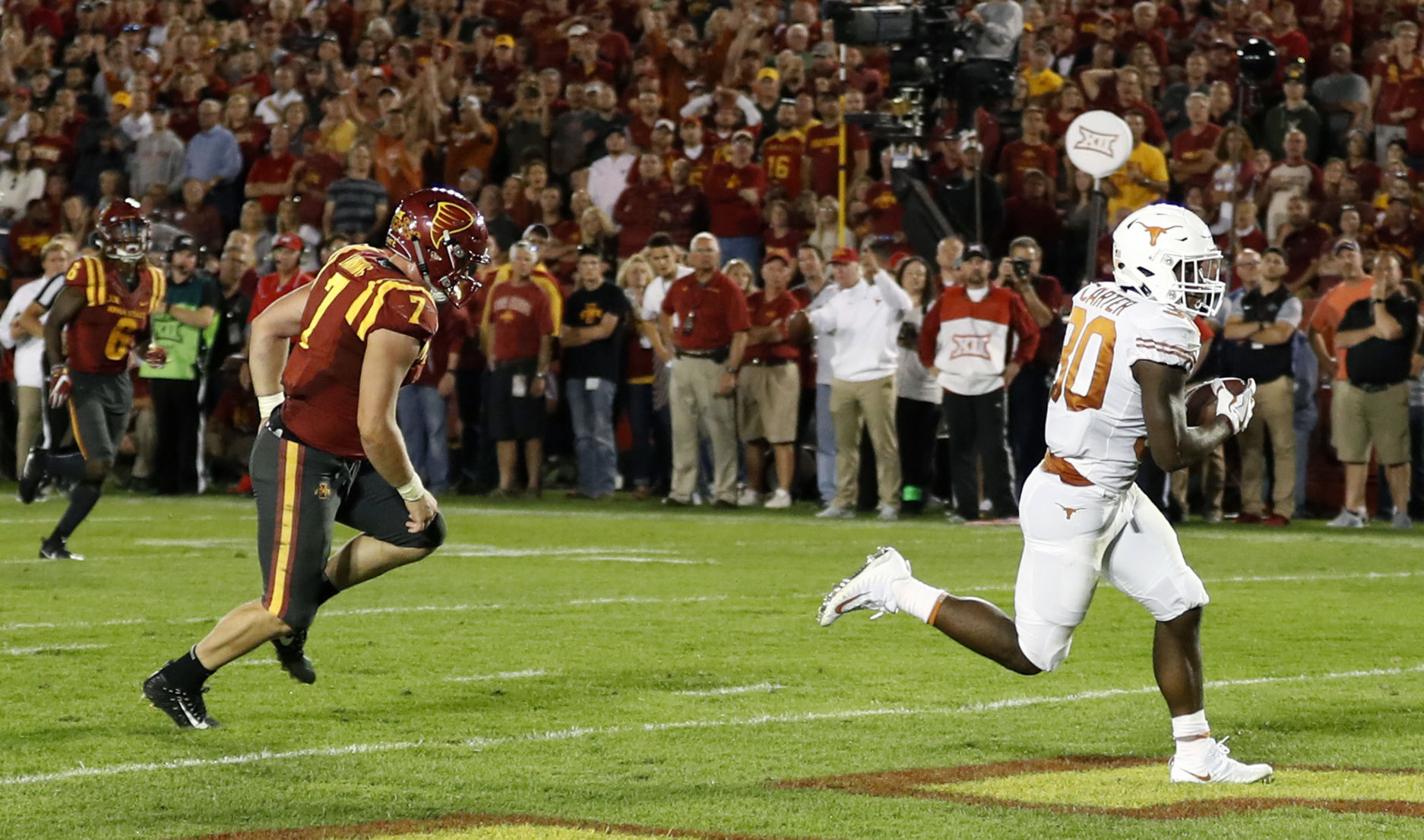 Longhorns beat Iowa State Cyclones in Ames, 17-7