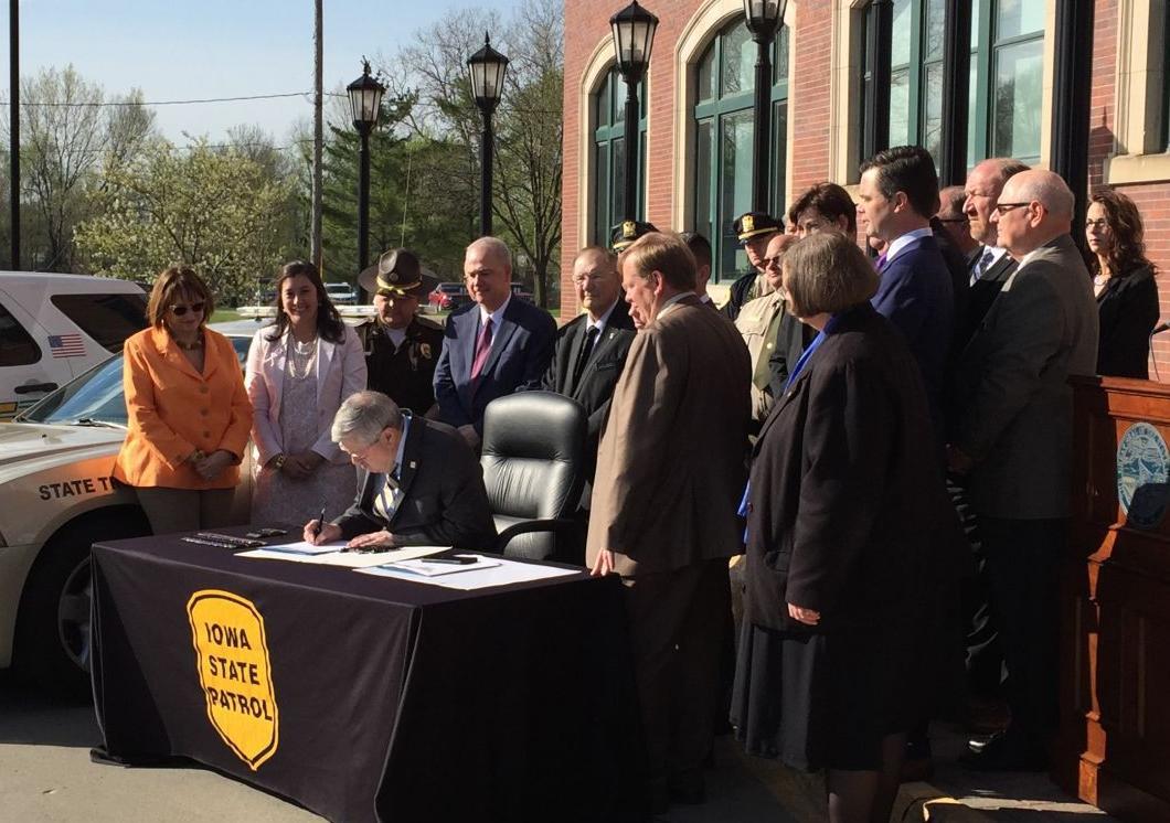Branstad bill signing