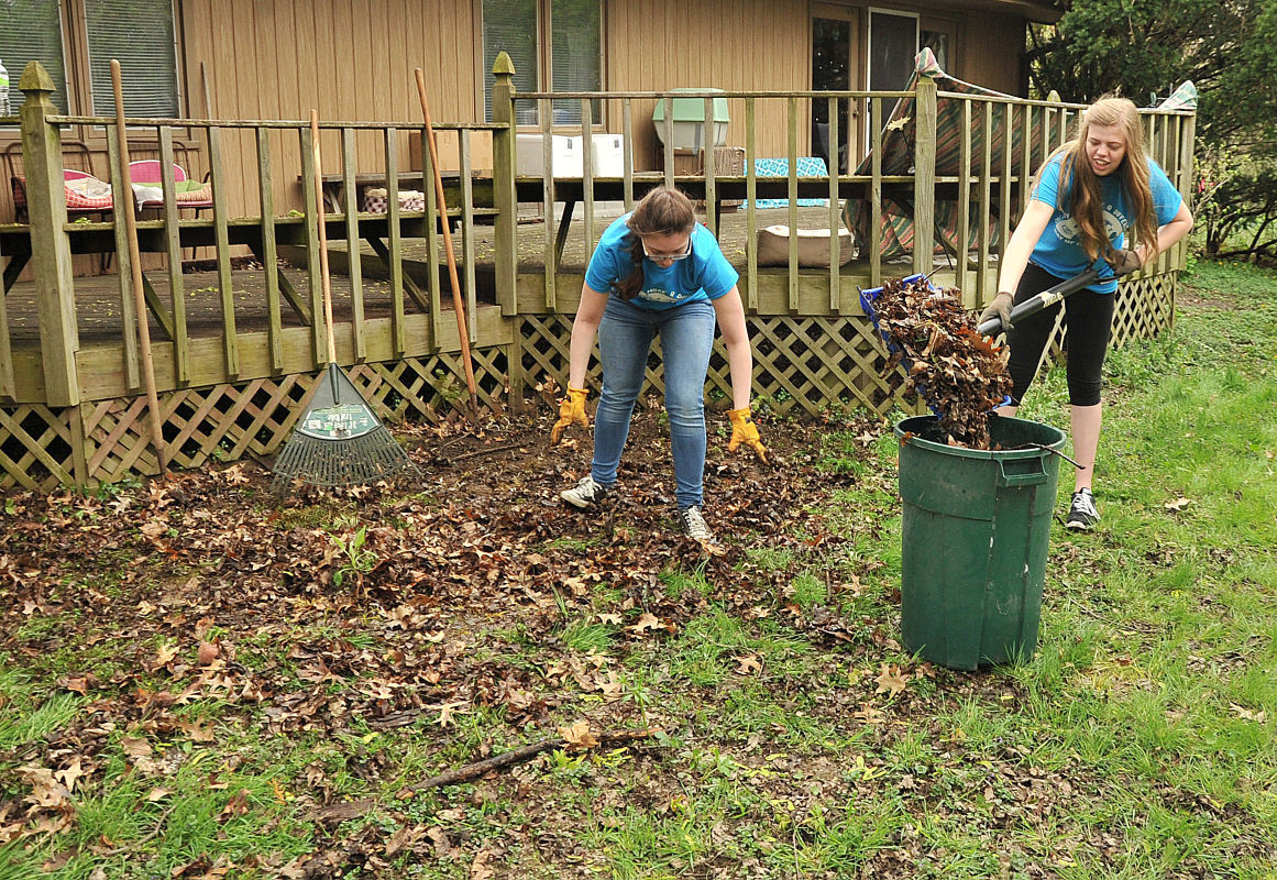 Raking leaves and gardening: Muscatine students volunteer during Day ...