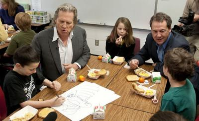 "Breakfast with Bridges: Actor, governor visit school to promote ""No Kid Hungry"" campaign"