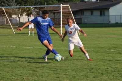 Ricardo Contreras fights to control the ball.