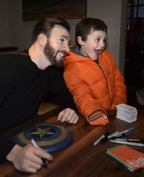 Captain america takes a bow in newburyport local news salemnews hundreds come out to meet hollywood actor at newly opened newburyport restaurant m4hsunfo