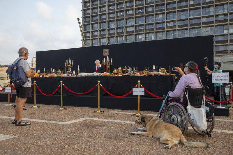Israeli artist takes aim at Netanyahu with life-size statue