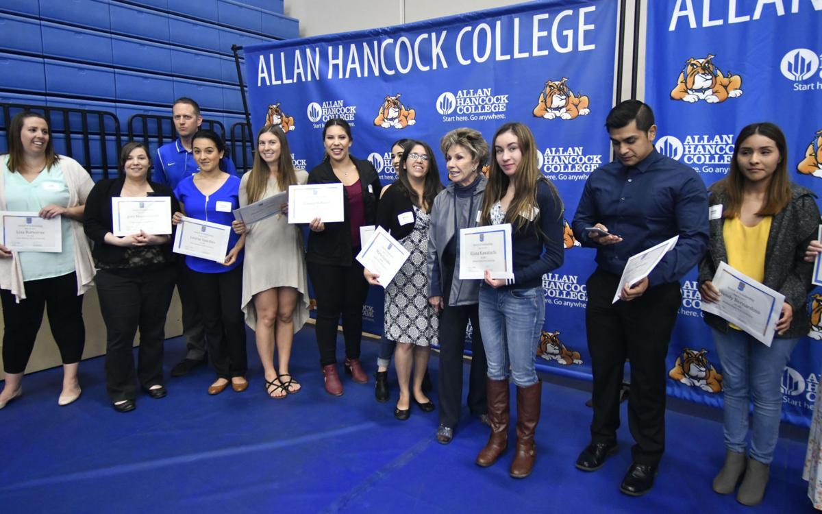 052517 Hancock scholarships 04.jpg (Spanish)