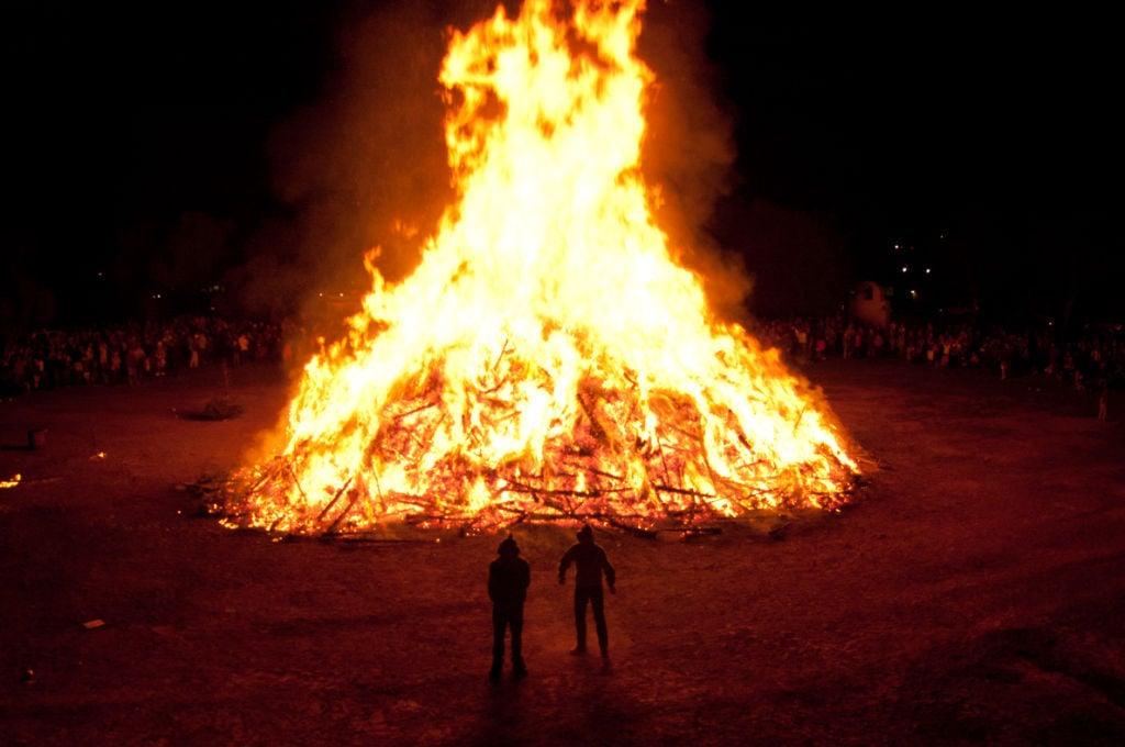 Burning Christmas Tree.Solvang S Annual Christmas Tree Burn Planned Friday Night