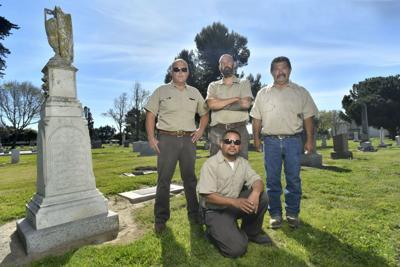 033018 SM Cemetery workers 02.jpg (Spanish)