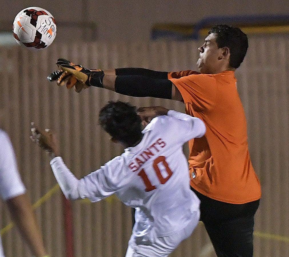 011118 SY SM b soccer 01.jpg