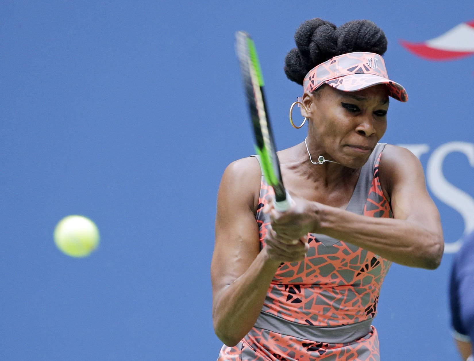Venus wins in straight sets to advance at Open