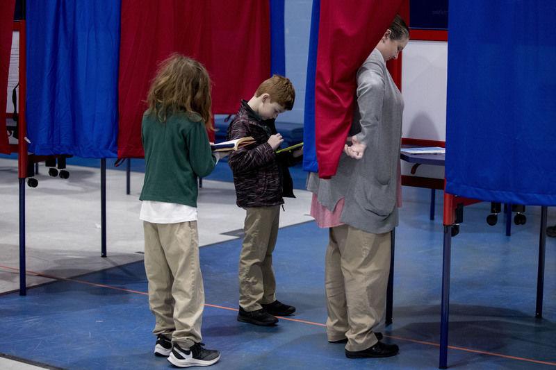 Sanders holds lead as NH culls presidential field