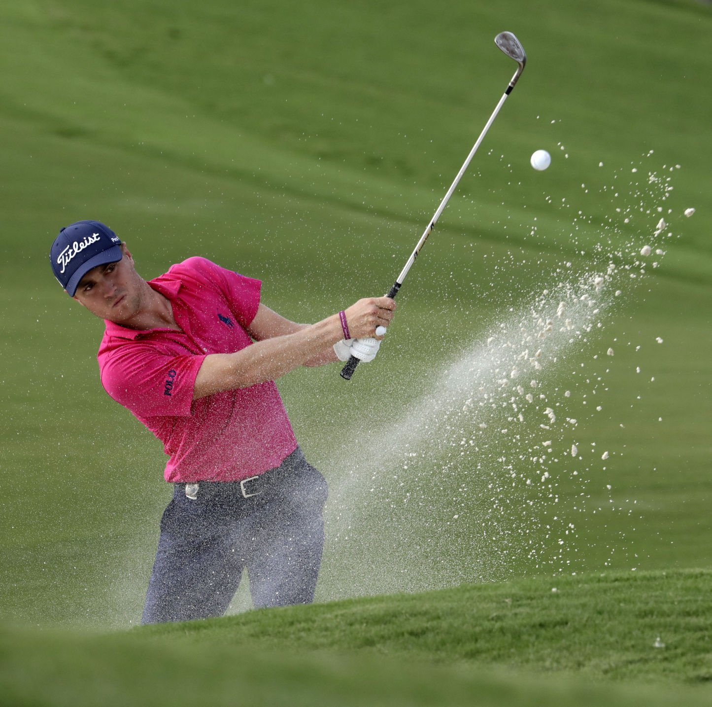 Kisner holds on to lead after rough day